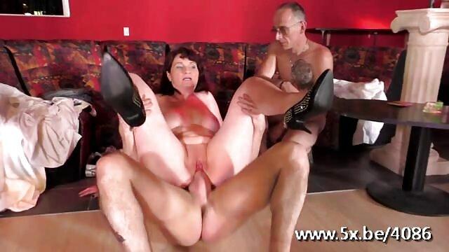نوجوان Busty milf یک درس جنسی شگفت انگیز عکسهای سکسی سوپر خارجی ارائه می دهد